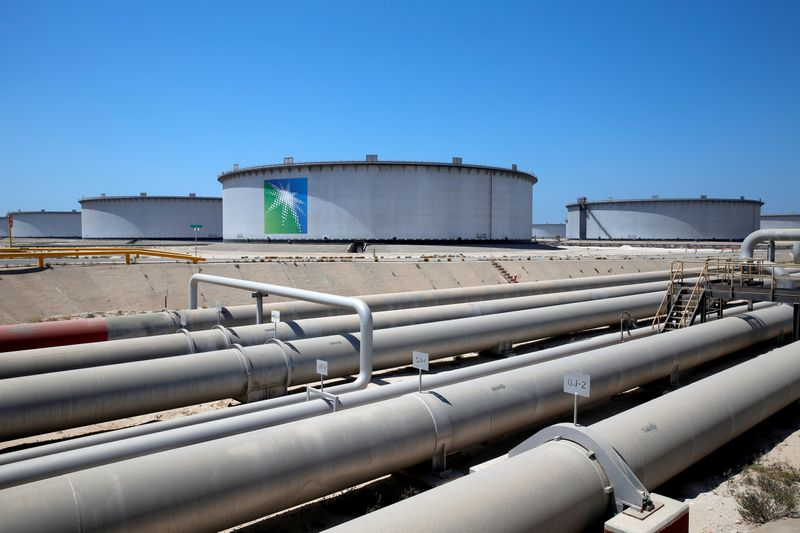 Oil falls after Saudi price cuts