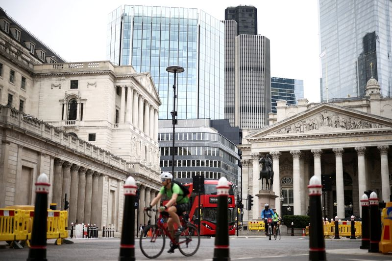 © Reuters. FILE PHOTO: The Bank of England can be seen as people cycle through the City of London financial district, in London, Britain, June 11, 2021. REUTERS/Henry Nicholls