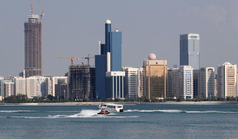 © Reuters. FILE PHOTO: A general view of the Abu Dhabi skyline is seen, December 15, 2009. REUTERS/Ahmed Jadallah