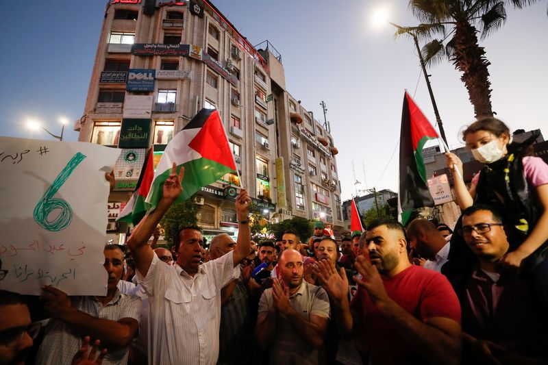 Palestinians protest in support of escaped prisoners
