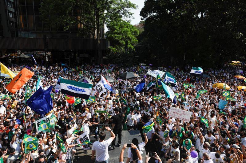 Milhares vão às ruas contra Bolsonaro e postulantes à terceira via protestam na Paulista