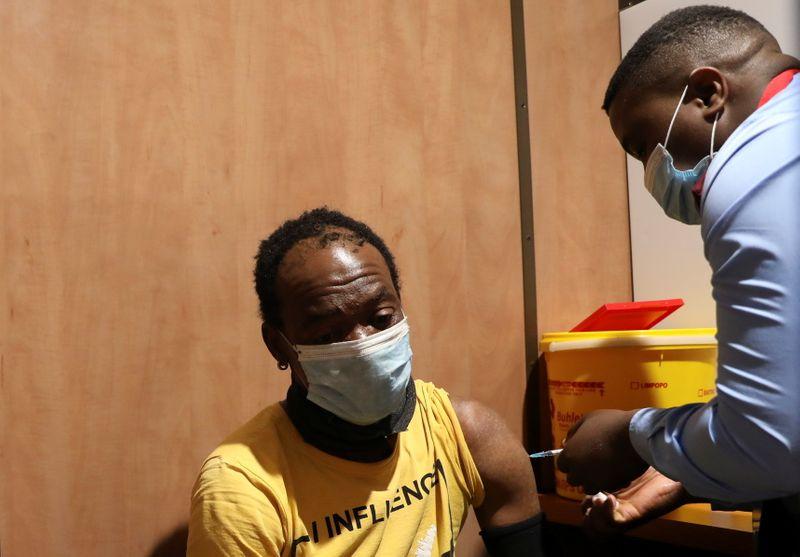 جنوب إفريقيا تخفف قيود كوفيد مع انحسار موجة الإصابات الثالثة