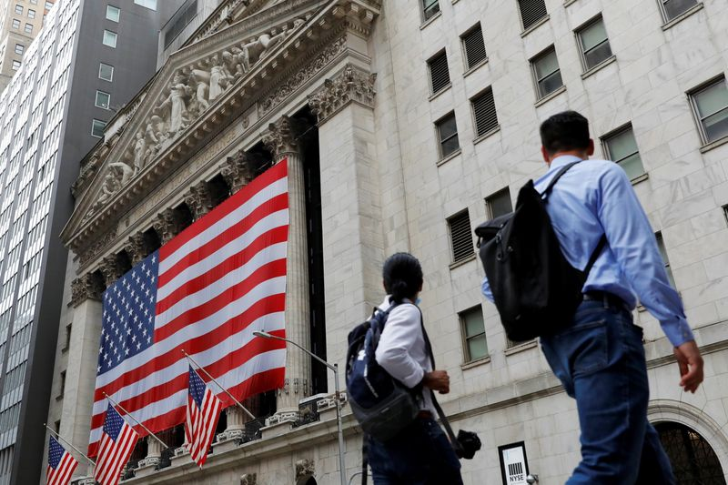 © Reuters. FILE PHOTO: People walk by the New York Stock Exchange (NYSE) in Manhattan, New York City, U.S., August 9, 2021. REUTERS/Andrew Kelly