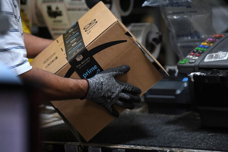 Amazon hikes average U.S. starting pay to $18, hires for 125,000 jobs