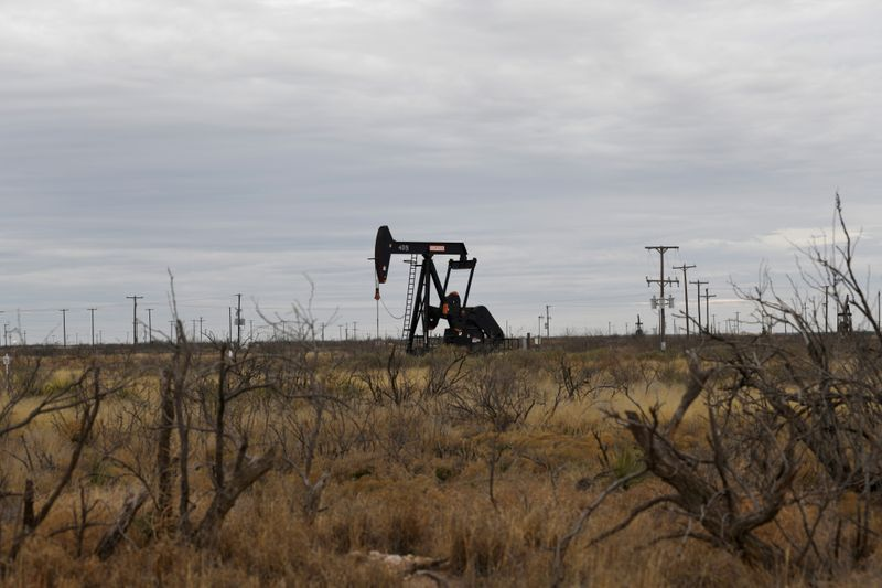 © Reuters. FILE PHOTO: A pump jack operates in the Permian Basin oil and natural gas production area near Odessa, Texas, U.S., February 10, 2019.    REUTERS/Nick Oxford/File Photo
