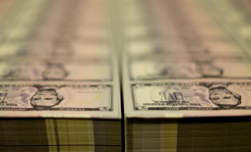 Dólar devolve perdas em linha com exterior e incertezas domésticas