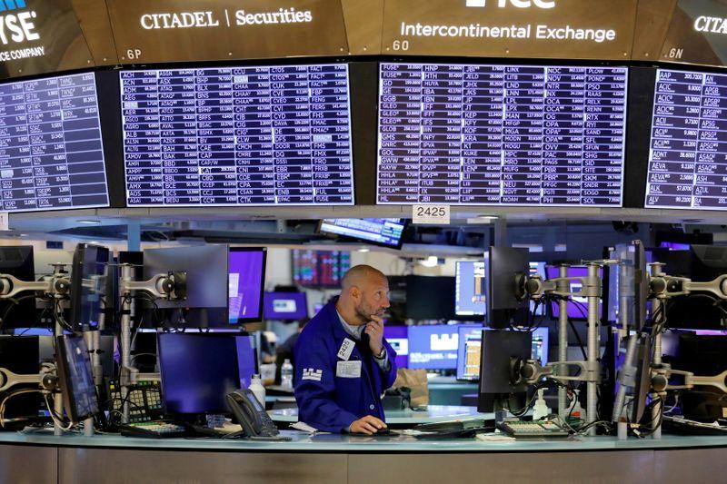 Wall Street finit en baisse, craintes sur la croissance et la fiscalité