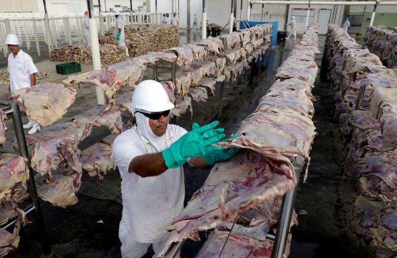 Sauditas suspendem 5 frigoríficos no Brasil após casos de 'vaca louca'