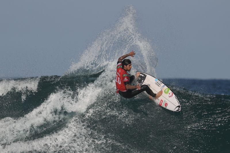 Medina supera Toledo e susto com tubarão para conquistar tricampeonato mundial de surfe