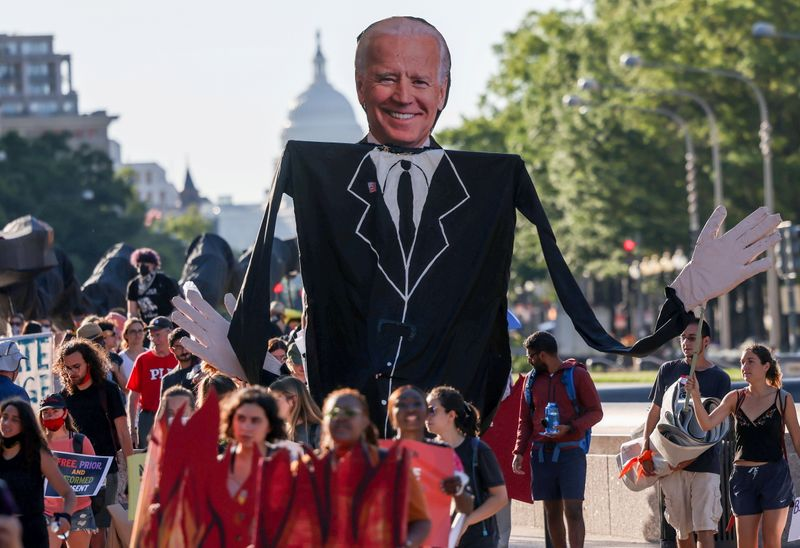 © Reuters. FILE PHOTO: Environmental activists march towards the White House to demand U.S. President Joe Biden stop fossil fuel projects and put climate justice at the heart of his infrastructure plans, in Washington, U.S., June 30, 2021. REUTERS/Evelyn Hockstein/File Photo