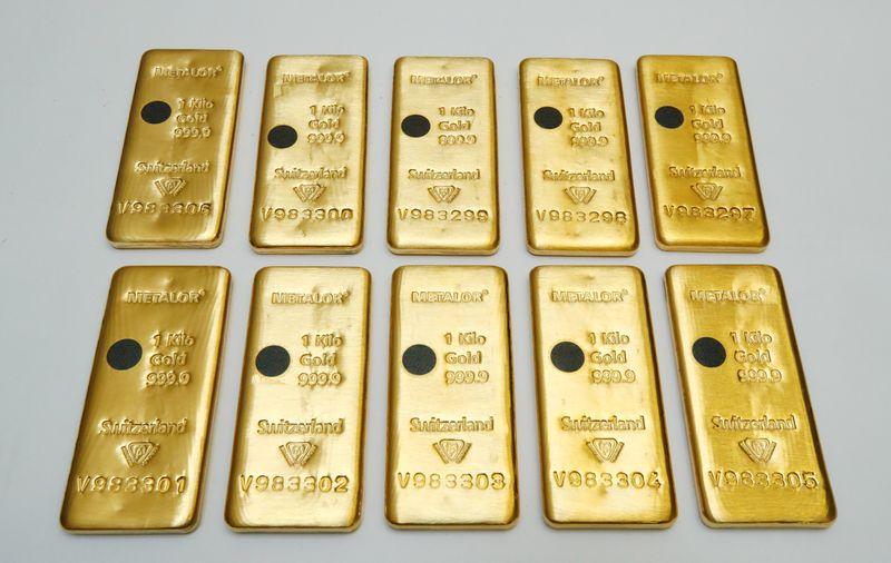 Золото умеренно дешевеет на фоне неопределенности в отношении стимулов