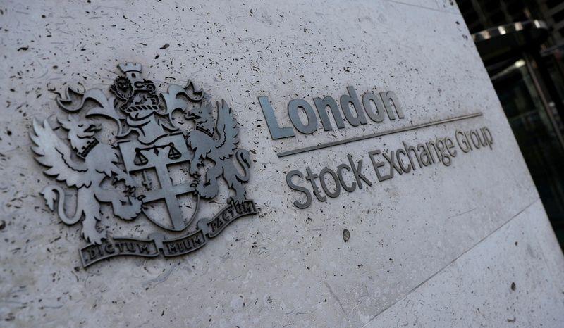 Wall Street cae por datos de China que se suman a dudas sobre crecimiento, dólar baja