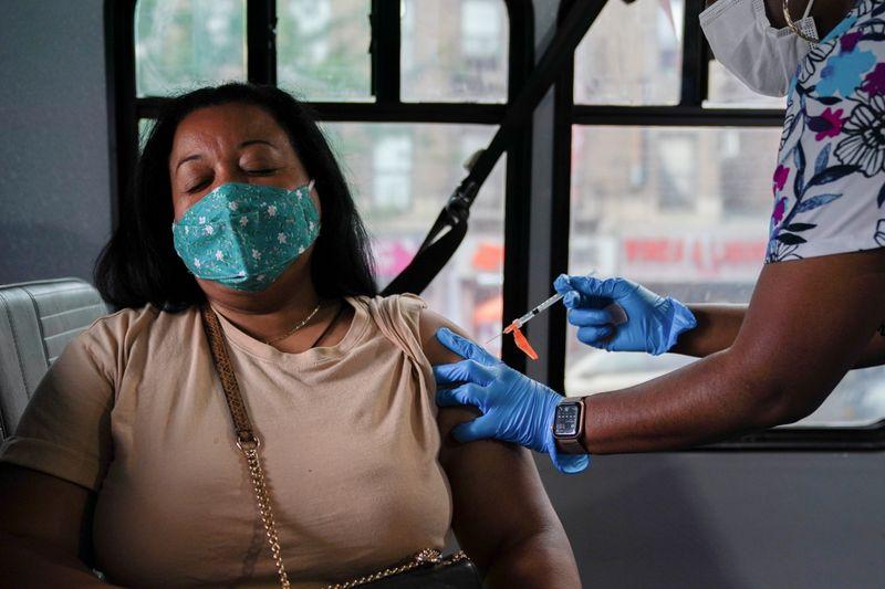 焦点:重症化予防だけじゃない、米当局が追加接種を推す理由
