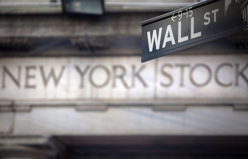 © Reuters. FILE PHOTO: A Wall Street sign is pictured outside the New York Stock Exchange in New York, October 28, 2013.  REUTERS/Carlo Allegri/File Photo