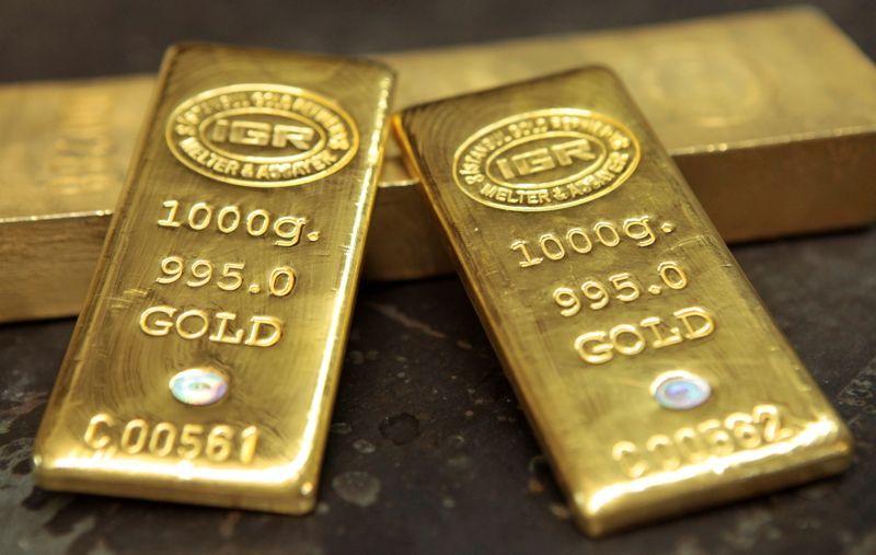 Золото дешевеет на фоне роста доллара, инвесторы ждут заседания ФРС
