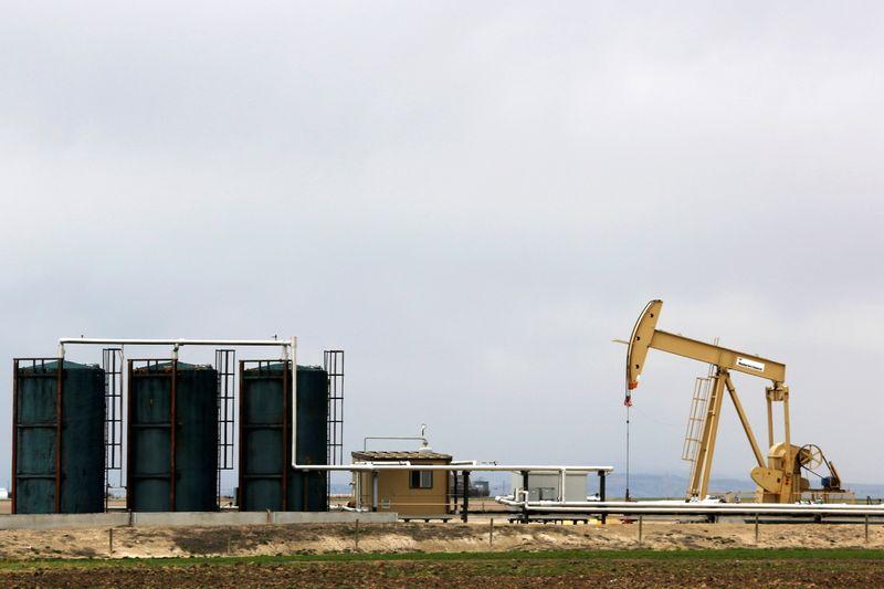 © Reuters. FILE PHOTO: A TORC Oil & Gas pump jack is seen near Granum, Alberta, Canada May 6, 2020. REUTERS/Todd Korol/File Photo
