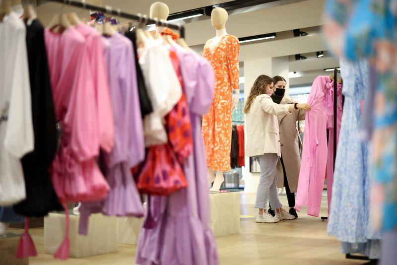 UK retailers extend losing streak in August