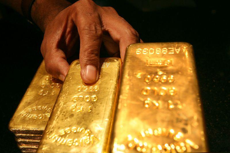 الذهب يعاود الخسارة بفعل صعود الدولار مع اتجاه الأنظار للاتحادي