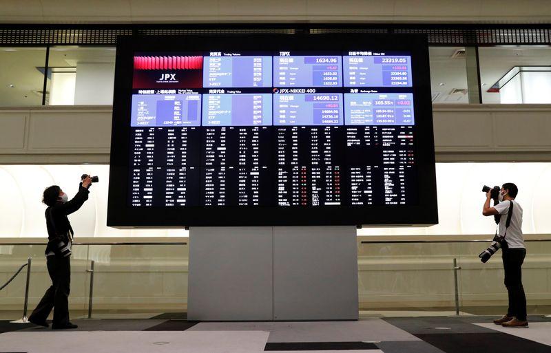 Японские акции завершили в плюсе 4 неделю кряду