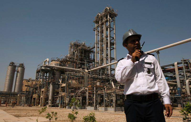 انتعاش مبيعات الوقود والبتروكيماويات الإيرانية والعقوبات تنال من صادرات الخام