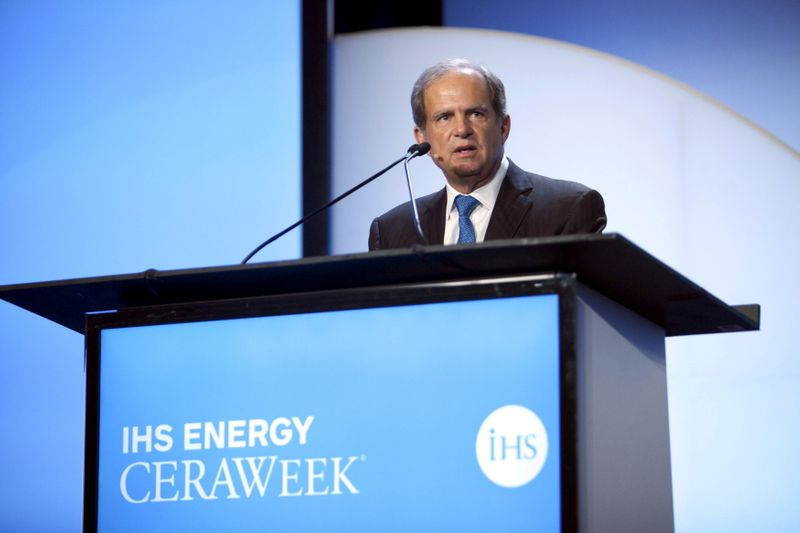 © Reuters. FILE PHOTO: Scott Sheffield, CEO of Pioneer Resources, speaks during the IHS CERAWeek 2015 energy conference in Houston, Texas April 21, 2015. REUTERS/Daniel Kramer