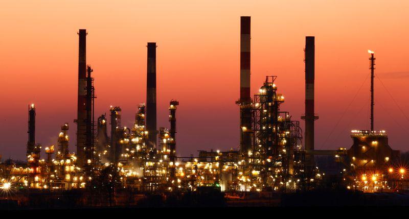 النفط يتراجع مع عودة إمدادات أمريكية للسوق