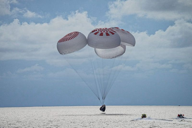 © Reuters. The quartet of newly minted citizen astronauts comprising the SpaceX Inspiration4 mission safely splashes down in SpaceX's Crew Dragon capsule off the coast of Kennedy Space Center, Florida, U.S. September 18, 2021.  SpaceX/Handout via REUTERS