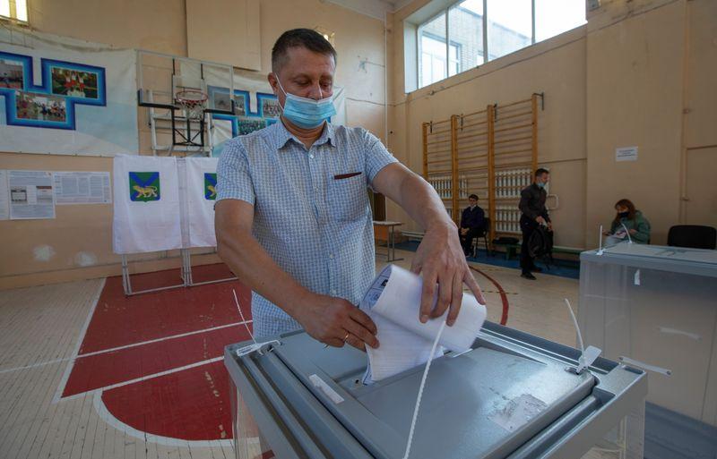 منافسون يزعمون حدوث تزوير بعد فوز حزب يدعم بوتين بأغلبية مقاعد الدوما