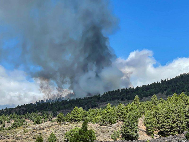 Volcán entra en erupción y expulsa lava en la isla de La Palma en Canarias