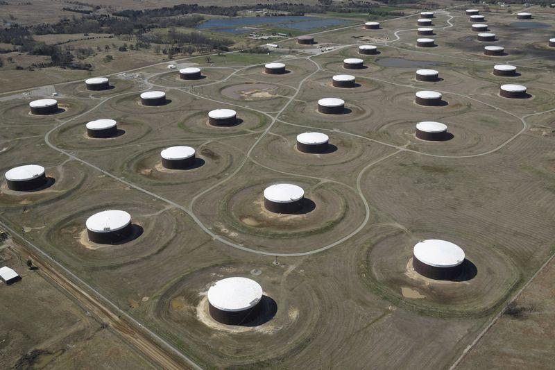 Oil falls 2% on risk aversion, dollar strength