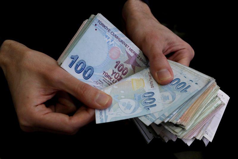 الليرة التركية تهبط لمستويات يوليو قبيل قرار سعر الفائدة