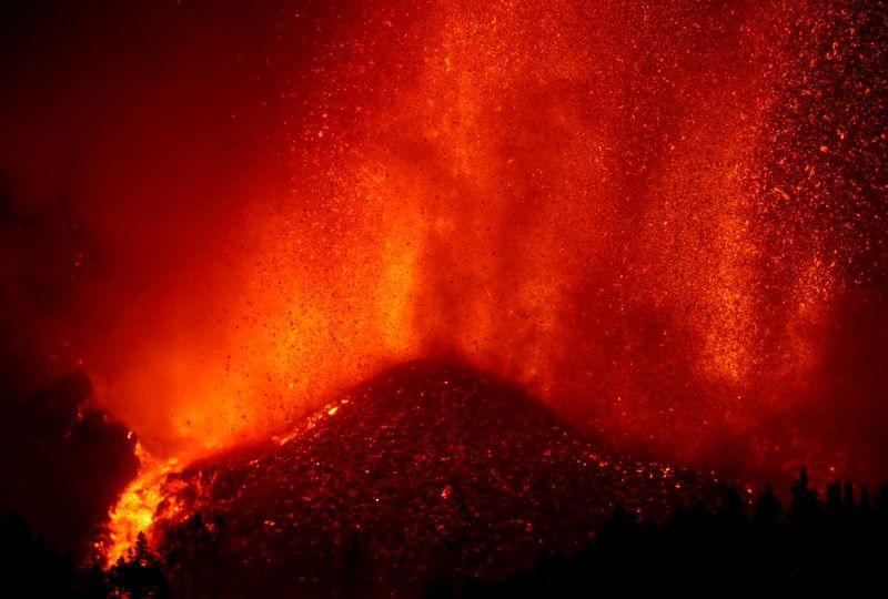 فرار الآلاف مع تدمير حمم بركانية لمنازل في جزيرة لا بالما الإسبانية