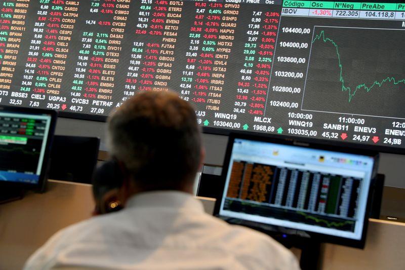 Ibovespa cai abaixo de 110 mil pontos após abertura por Fed, China e Copom