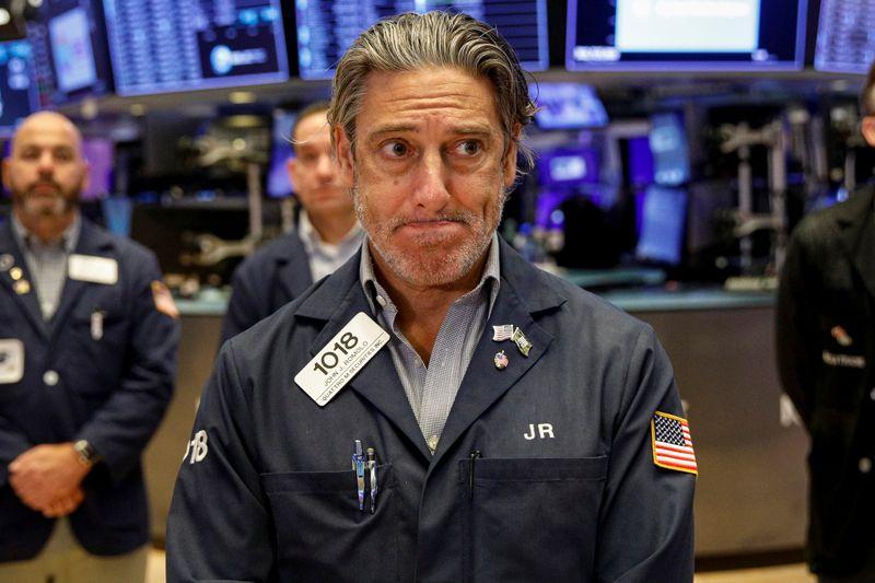 Уолл-стрит снижается из-за беспокойства о росте, в фокусе - ФРС