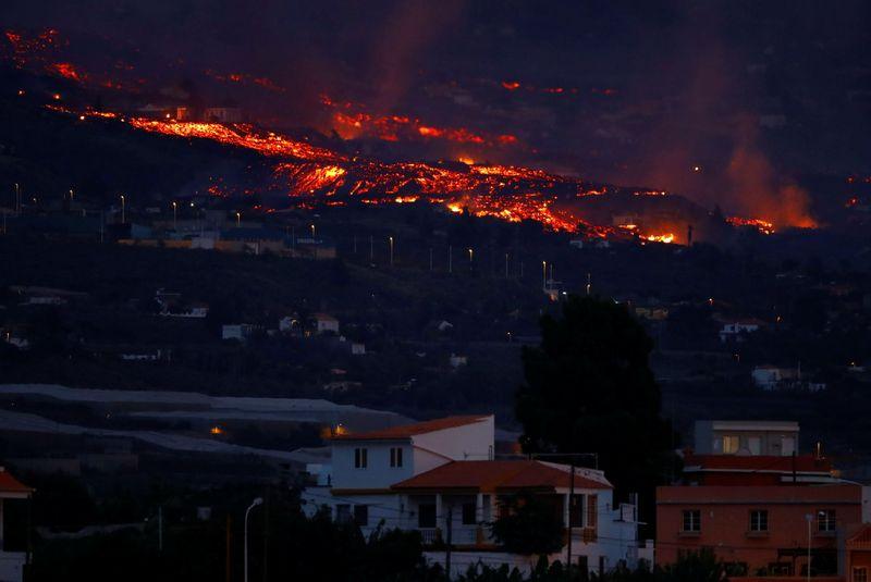 مسؤولون: حمم بركان جزيرة لا بالما الإسبانية لن تصل إلى المحيط الليلة