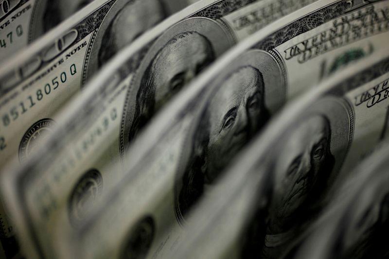 Dólar cae desde máximos de un mes, mercado atento a Fed y Evergrande