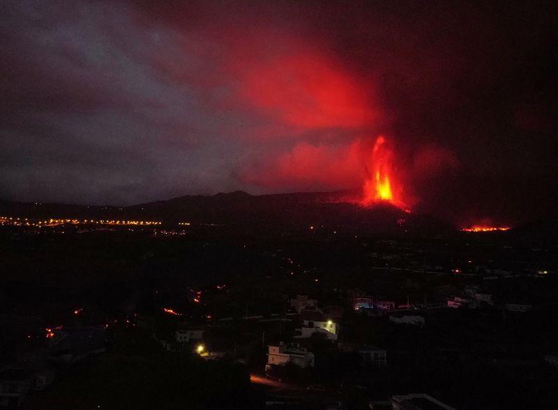 Vulcão de La Palma lança lava nos céus e mantém milhares longe de casa