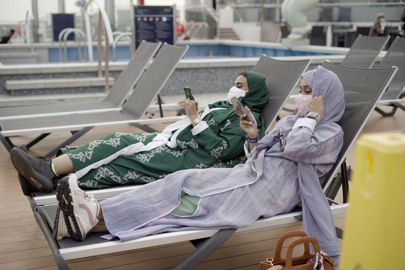سعوديون يستمتعون برحلات في البحر الأحمر مع فتح المملكة قطاع السياحة