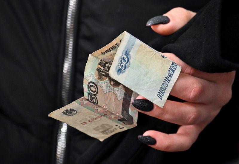 Рубль снижается к доллару, доходность ОФЗ растет из-за опасений о санкциях