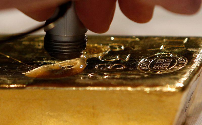 Oro sube por amenaza de riesgos de Evergrande, debilidad del dólar