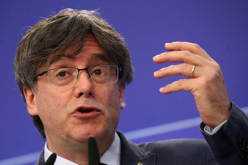 Governo espanhol diz que líder separatista catalão deve enfrentar cortes de Madri