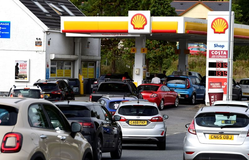 © Reuters. Cars queue up at a petrol and diesel filling station, Begelly, Pembrokeshire, Wales, Britain, September 24, 2021. REUTERS/Rebecca Naden