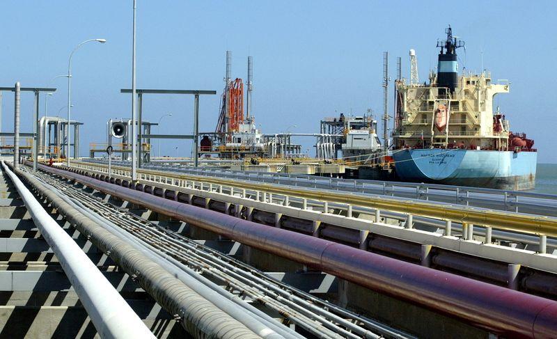 EXCLUSIVA-Bajo sanciones, Venezuela e Irán alcanzan acuerdo de canje petrolero: fuentes