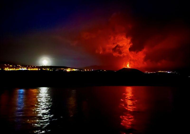 Cierran aeropuerto en La Palma ante intensificación de erupción volcánica