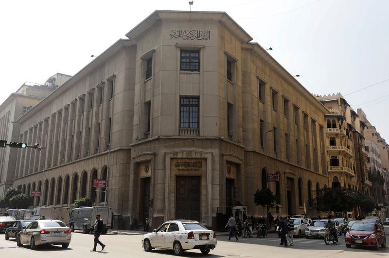 المركزي المصري يوافق على المدفوعات اللاتلامسية عبر الهواتف المحمولة