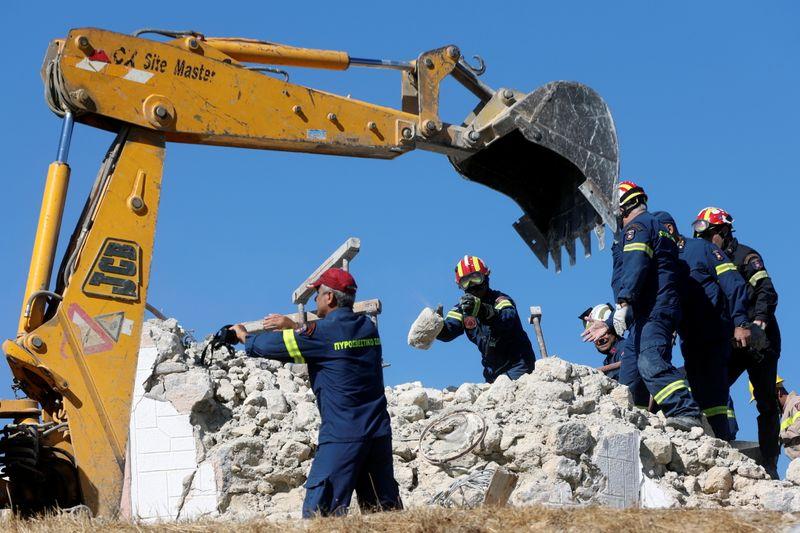 Quake wrecks old buildings in Crete, killing one person