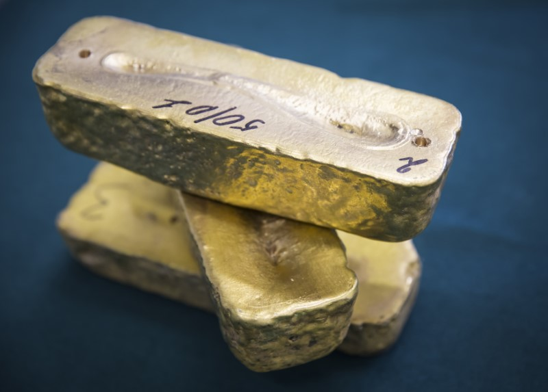 Oro opera estable, aunque presiona alza dólar y de retornos bonos Tesoro