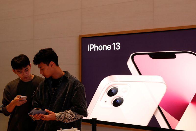 新型iPhone13、顧客納入が長引く