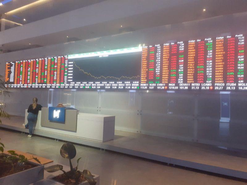 Pessimismo com China e alta dos juros faz Ibovespa cair para faixa de 111 mil pontos