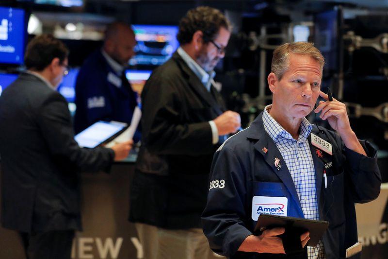 Уолл-стрит снижается из-за слабых экономических данных